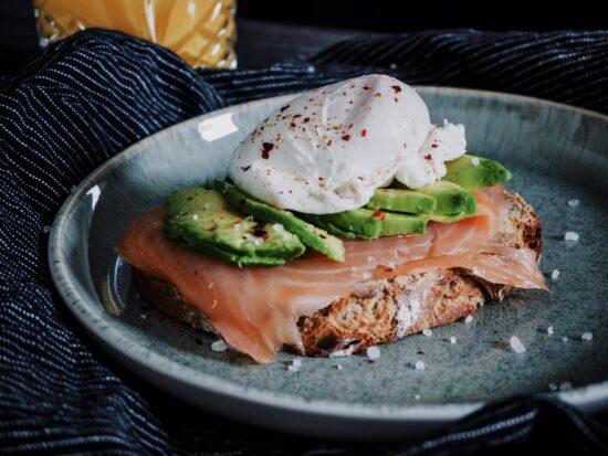 Lachs-Avocado Brot mit pochiertem Ei
