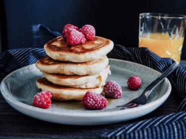 Fluffige Pancakes mit Himbeeren