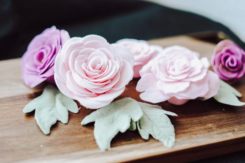 Blumen aus Blütenpaste zur Dekoration einer Hochzeitstorte